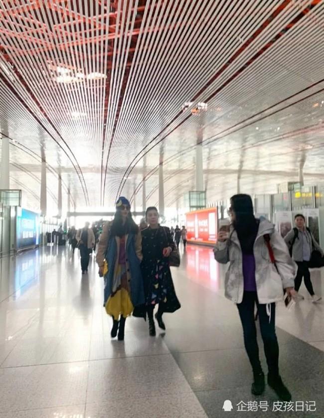 Phạm Băng Băng xuất hiện cùng mẹ tại sân bay nhưng bất ngờ lại bị người hâm mộ bơ đẹp - Ảnh 1.