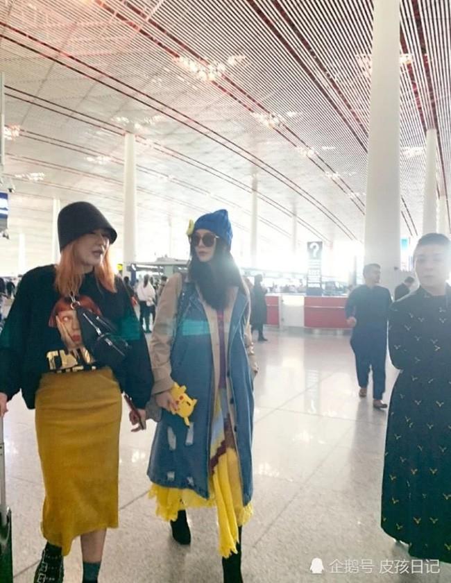 Phạm Băng Băng xuất hiện cùng mẹ tại sân bay nhưng bất ngờ lại bị người hâm mộ bơ đẹp - Ảnh 2.
