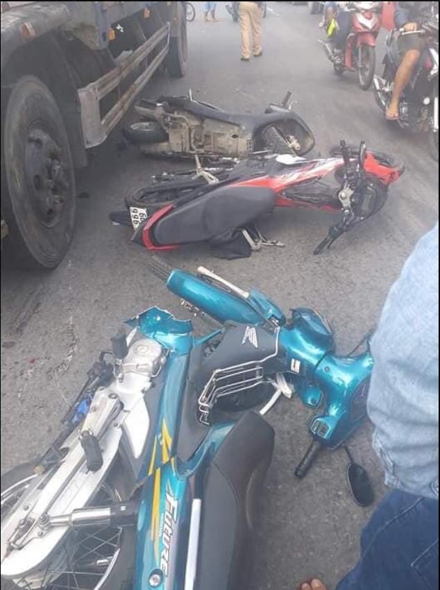 Xe tải mất lái đâm kinh hoàng, 7 xe máy nằm la liệt giữa đường, 11 người bị thương - Ảnh 3.