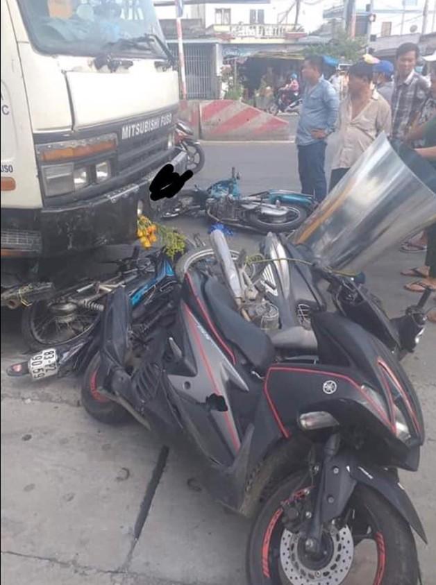 Xe tải mất lái đâm kinh hoàng, 7 xe máy nằm la liệt giữa đường, 11 người bị thương - Ảnh 2.