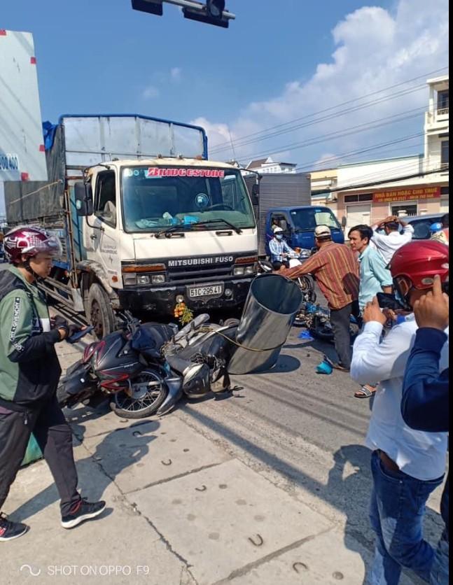 Xe tải mất lái đâm kinh hoàng, 7 xe máy nằm la liệt giữa đường, 11 người bị thương - Ảnh 1.
