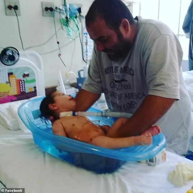 Người bố nhẫn tâm lấy gần 3,5 tỷ tiền ủng hộ chữa bệnh cho con để ăn chơi trác táng, bỏ mặc con trai qua đời thương tâm - Ảnh 2.
