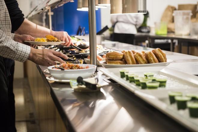 Xem cách Facebook phục vụ đồ ăn đỉnh như nhà hàng thế này, bảo sao nhân viên không chịu ra ngoài cũng dễ hiểu - Ảnh 4.