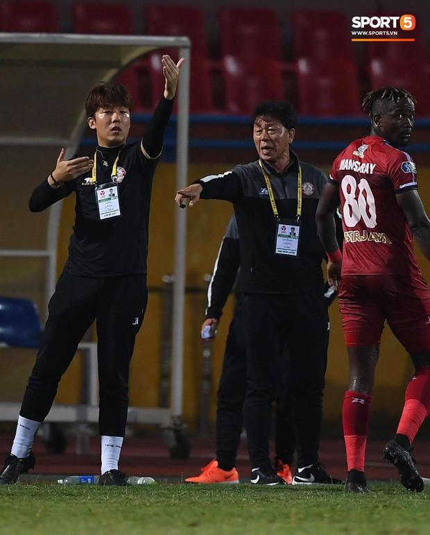 Trợ lý người Hàn Quốc khóc nức nở, không phục thất bại trước Hà Nội FC ở bán kết Cúp Quốc gia 2019 - Ảnh 9.