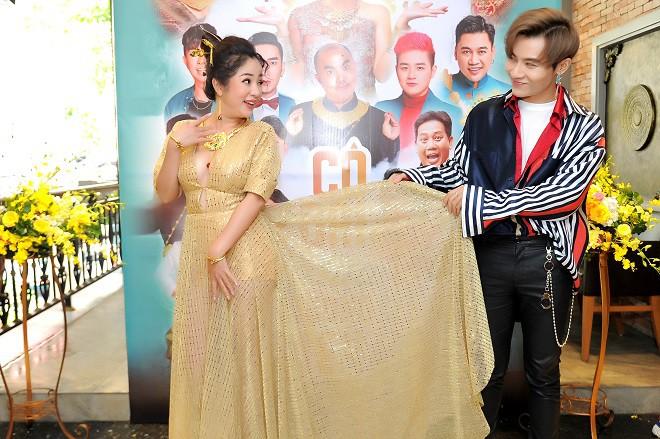 Thúy Nga xúc động hôn Minh Nhí tại buổi họp báo - Ảnh 7.