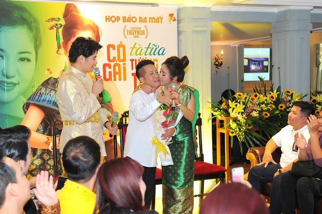 Thúy Nga xúc động hôn Minh Nhí tại buổi họp báo - Ảnh 11.