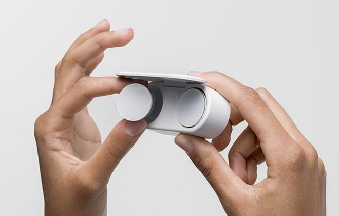 Microsoft ra mắt Surface Earbuds: Thiết kế lạ mắt, tích hợp Office, giá đắt hơn cả AirPods - Ảnh 1.