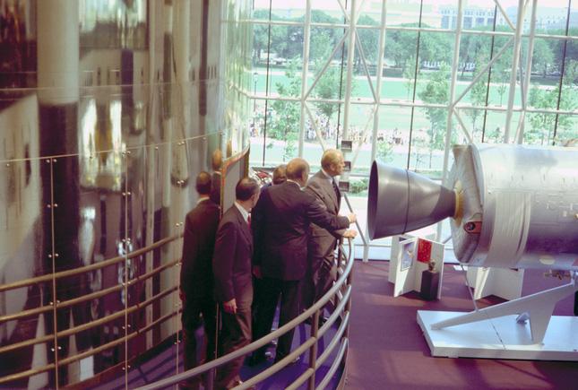 6 năm sau ngày bị ám sát, người ta thấy mẩu giấy trên mộ Tổng thống Mỹ Kennedy: Bên trong viết gì? - ảnh 11