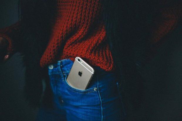 4 vị trí không nên đặt điện thoại nhưng nhiều người vẫn làm sai, gây nguy cơ vô sinh - Ảnh 2.