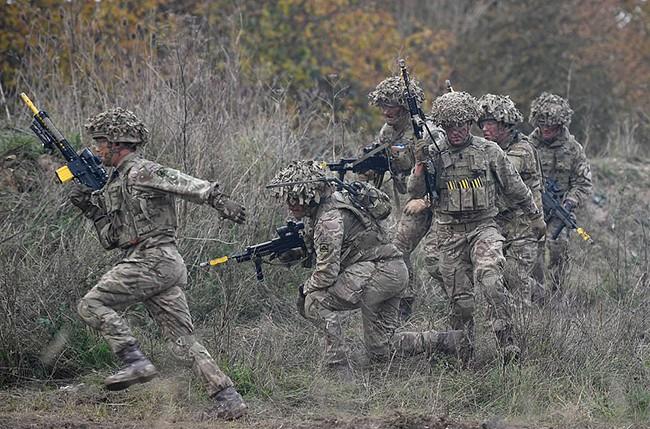 Hình ảnh mịt mù khói lửa trong cuộc tập trận qui mô lớn của Quân đội Anh - ảnh 6