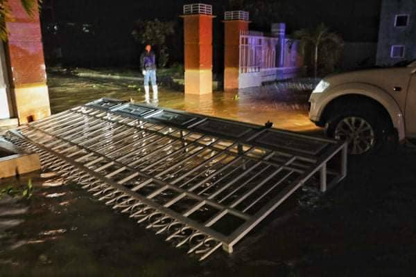 Bão đổ bộ trong đêm, cây ngã đổ la liệt, nhiều địa phương ở Phú Yên, Bình Định mất điện - Ảnh 9.