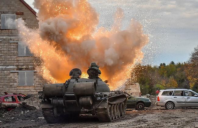Hình ảnh mịt mù khói lửa trong cuộc tập trận qui mô lớn của Quân đội Anh - ảnh 1