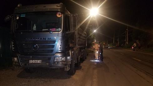 Đồng Nai: Người và xe máy bị xe ben chở đá kéo lê rồi bốc cháy ngùn ngụt - Ảnh 2.