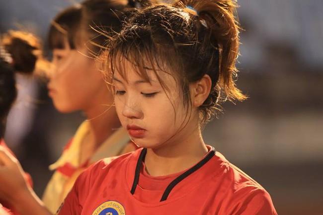 Cư dân mạng phát sốt với nữ cầu thủ hot girl của đội tuyển U19 Việt Nam, đã xinh lại còn đá bóng giỏi - Ảnh 1.