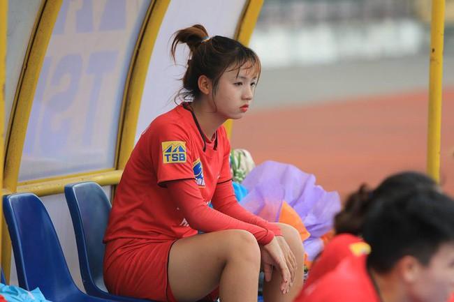 Cư dân mạng phát sốt với nữ cầu thủ hot girl của đội tuyển U19 Việt Nam, đã xinh lại còn đá bóng giỏi - Ảnh 2.