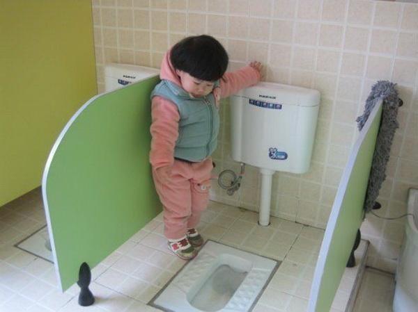 Cô giáo gửi ảnh con gái 4 tuổi trong nhà vệ sinh, người mẹ vô cùng tức giận cùng ban phụ huynh gặp ngay hiệu trưởng - Ảnh 2.