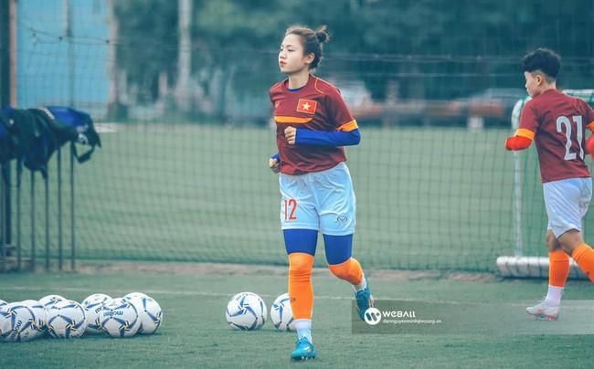 Cư dân mạng phát sốt với nữ cầu thủ hot girl của đội tuyển U19 Việt Nam, đã xinh lại còn đá bóng giỏi - Ảnh 3.