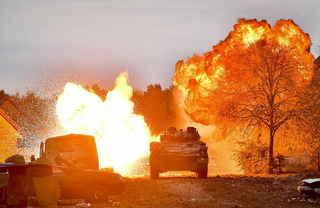 Hình ảnh mịt mù khói lửa trong cuộc tập trận qui mô lớn của Quân đội Anh - ảnh 4