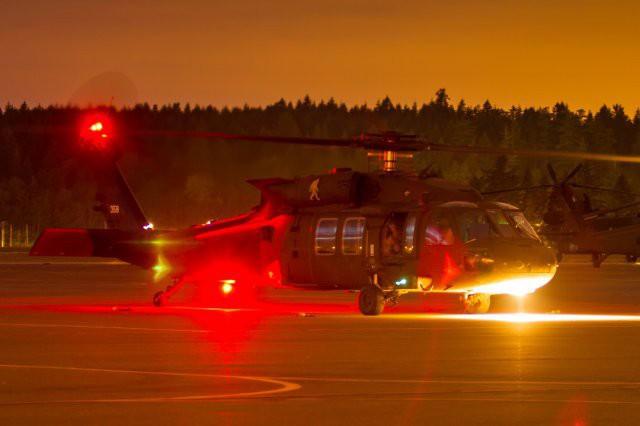 Trực thăng Diều hâu đen chở đặc nhiệm Mỹ tiêu diệt trùm khủng bố IS - ảnh 8