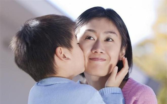 Bị bắt vì tội ăn trộm, con trai bảo mẹ ghé tai nói nhỏ rồi làm 1 điều khiến ai cũng sợ hãi - Ảnh 1.