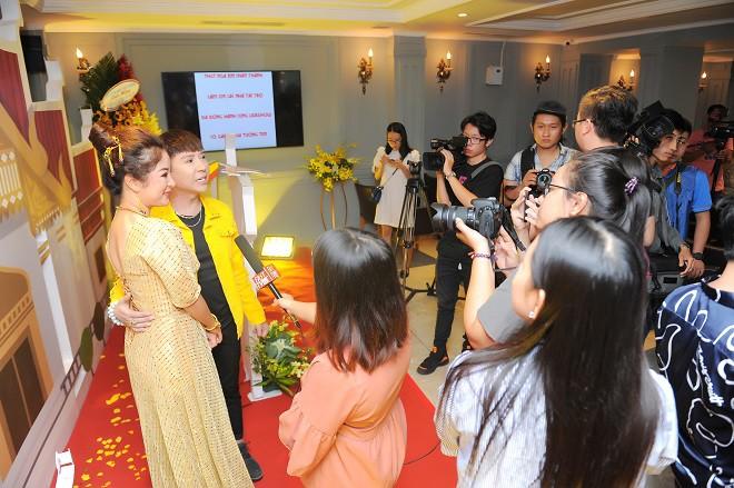 Thúy Nga xúc động hôn Minh Nhí tại buổi họp báo - Ảnh 3.