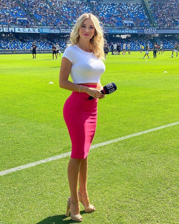 Info của nữ phóng viên xinh đẹp bị các fan Napoli nhất quyết đòi xem ngực: Sở hữu body nóng bỏng, gây bất ngờ về ngành học trong tấm bằng cử nhân - Ảnh 1.