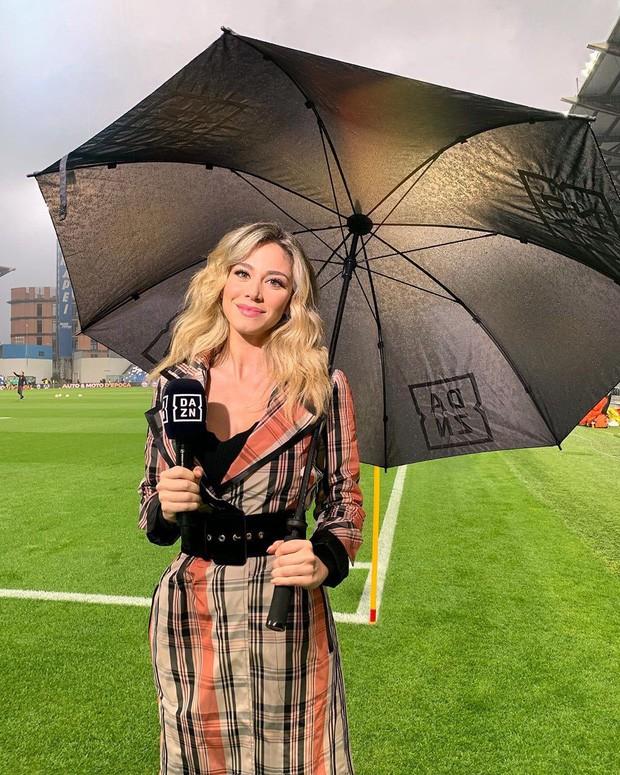 Info của nữ phóng viên xinh đẹp bị các fan Napoli nhất quyết đòi xem ngực: Sở hữu body nóng bỏng, gây bất ngờ về ngành học trong tấm bằng cử nhân - Ảnh 2.