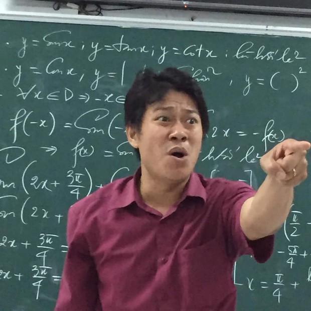 Cũng chỉ là giảng bài bình thường, nhưng biểu cảm độc đáo đã khiến thầy giáo này thu về hơn 70.000 like chỉ sau một đêm đăng ảnh - Ảnh 1.