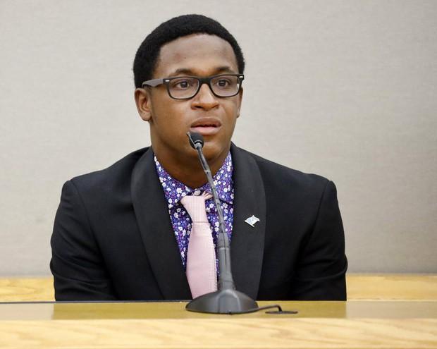 Cậu bé 18 tuổi ôm chầm và tha thứ cho nữ cảnh sát vào nhầm nhà rồi bắn chết anh trai mình - Ảnh 2.