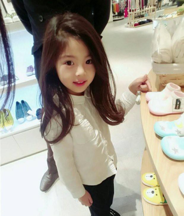 Bức ảnh chụp vội bé gái trong trung tâm thương mại cho thấy dáng tiểu mỹ nhân tương lai, nhìn sang mẹ em thậm chí còn choáng váng hơn - Ảnh 1.
