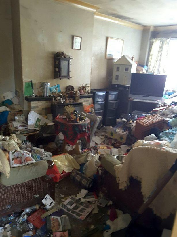 Cụ bà sống giữa căn nhà ngập ngụa 12 tấn rác suốt 30 năm, phải mất tới một tuần để dọn sạch - Ảnh 2.