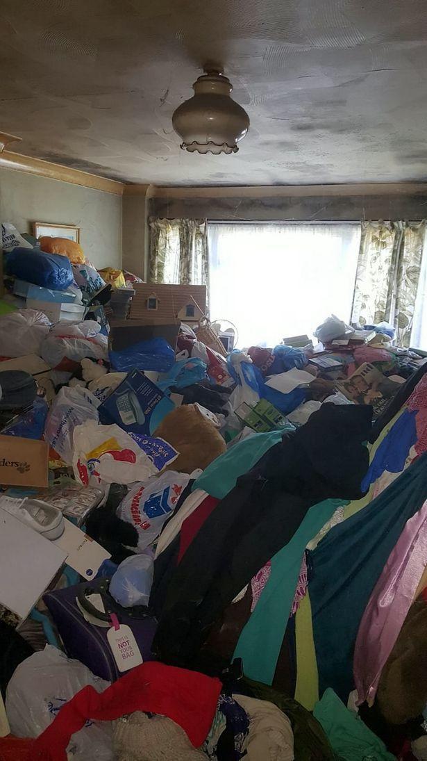 Cụ bà sống giữa căn nhà ngập ngụa 12 tấn rác suốt 30 năm, phải mất tới một tuần để dọn sạch - Ảnh 3.