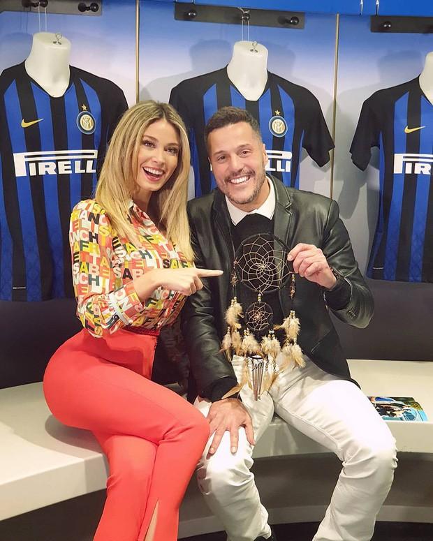 Info của nữ phóng viên xinh đẹp bị các fan Napoli nhất quyết đòi xem ngực: Sở hữu body nóng bỏng, gây bất ngờ về ngành học trong tấm bằng cử nhân - Ảnh 3.