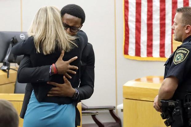 Cậu bé 18 tuổi ôm chầm và tha thứ cho nữ cảnh sát vào nhầm nhà rồi bắn chết anh trai mình - Ảnh 3.