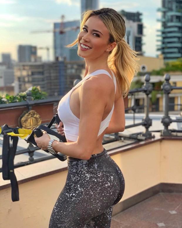 Info của nữ phóng viên xinh đẹp bị các fan Napoli nhất quyết đòi xem ngực: Sở hữu body nóng bỏng, gây bất ngờ về ngành học trong tấm bằng cử nhân - Ảnh 4.