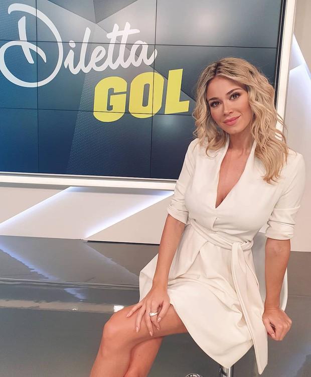 Info của nữ phóng viên xinh đẹp bị các fan Napoli nhất quyết đòi xem ngực: Sở hữu body nóng bỏng, gây bất ngờ về ngành học trong tấm bằng cử nhân - Ảnh 6.