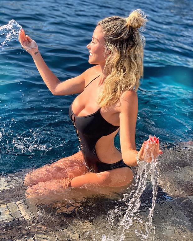 Info của nữ phóng viên xinh đẹp bị các fan Napoli nhất quyết đòi xem ngực: Sở hữu body nóng bỏng, gây bất ngờ về ngành học trong tấm bằng cử nhân - Ảnh 8.