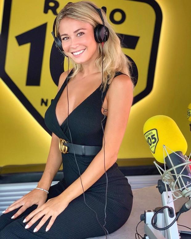 Info của nữ phóng viên xinh đẹp bị các fan Napoli nhất quyết đòi xem ngực: Sở hữu body nóng bỏng, gây bất ngờ về ngành học trong tấm bằng cử nhân - Ảnh 10.