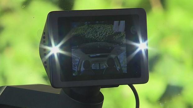 Biểu cảm hết hồn của thanh niên trộm xe khi phát hiện đang bị camera ghi hình khiến dân mạng không nhịn được cười - Ảnh 1.
