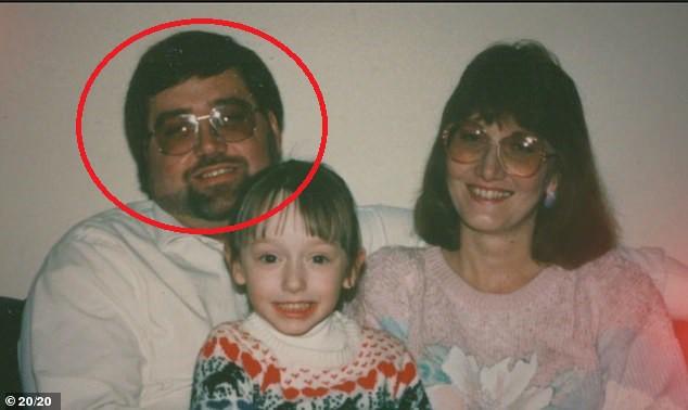 Người phụ nữ phát hiện ra chú nuôi thực chất là sát nhân hàng loạt đã giết hại chính mẹ ruột của cô - Ảnh 3.
