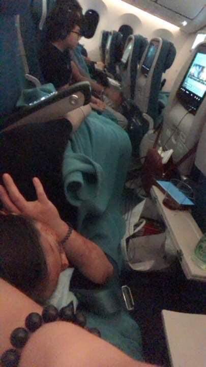 Cô gái đi máy bay thản nhiên nằm dài trên ghế, gối lên đùi người kế bên suốt 4 tiếng gây bức xúc - Ảnh 2.