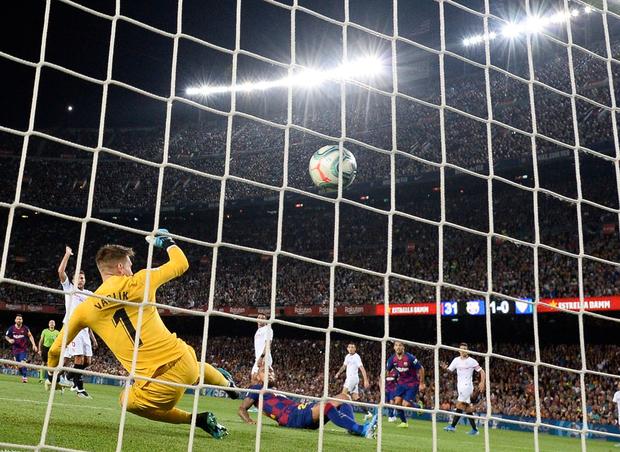 Messi thông nòng bằng siêu phẩm, Barcelona vùi dập kẻ thách thức nhưng niềm vui chưa trọn vẹn bởi drama thẻ đỏ cuối trận - Ảnh 6.