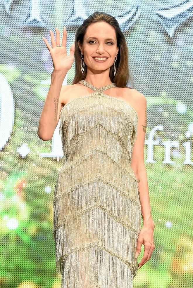 Màn giá lâm gây bão MXH Việt của Angelina Jolie: Tiên hắc ám thần thái như nữ hoàng, nhan sắc lột xác bất ngờ - Ảnh 7.