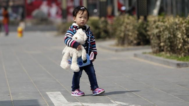 Bị bắt cóc đến khu vực hoang vắng, bé gái 4 tuổi thốt lên một từ khiến kẻ buôn người yếu vía phải tháo chạy - Ảnh 1.
