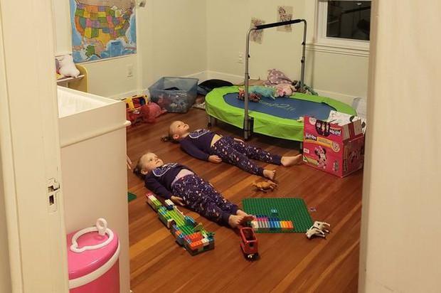 Quá mệt với hai đứa con tăng động quậy phá suốt ngày, người mẹ làm cách này khiến lũ trẻ nằm im, ai cũng nể phục - Ảnh 1.
