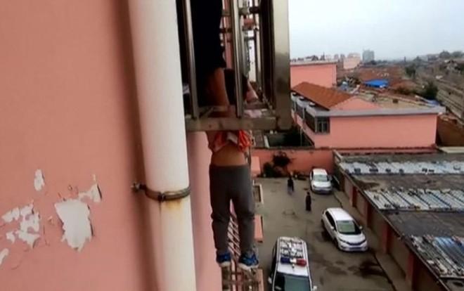 Bé trai kẹt đầu vào thanh sắt lơ lửng ngoài cửa sổ tầng 4 - Ảnh 1.