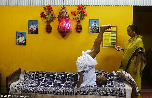 Thường xuyên tập yoga, ăn uống lành mạnh giúp ông Sinavanda có một sức khỏe tốt.