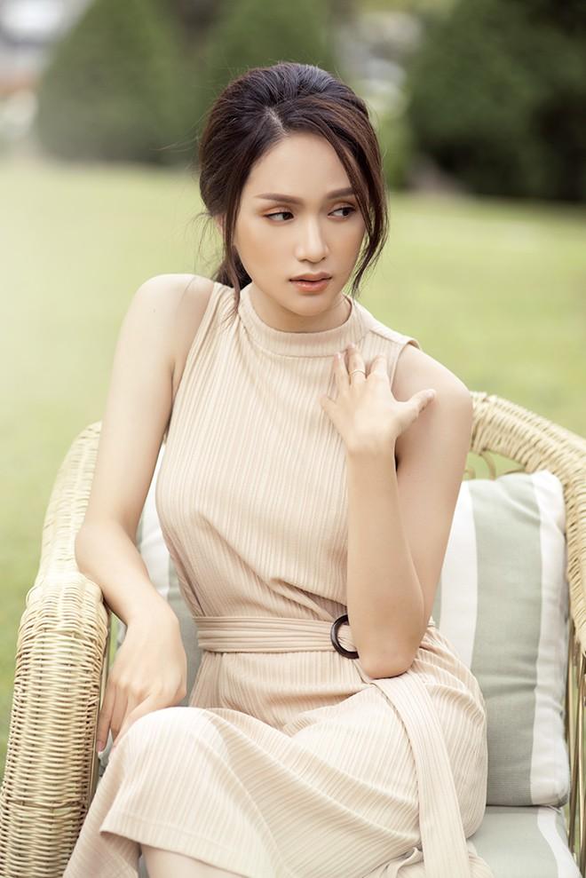 Hương Giang hôn đắm đuối mỹ nam nổi tiếng Thái Lan - Ảnh 1.