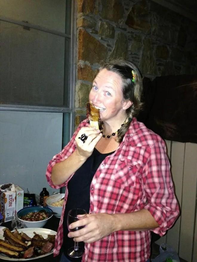 Bà chị ăn chay trường chuyển sang làm đồ tể sau khi đánh chén một chiếc bánh mỳ kẹp thịt - Ảnh 2.