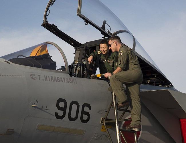 Nhật Bản cảnh báo về những trò hề thái quá của phi công Mỹ - Ảnh 1.
